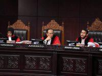 Ketua Mahkamah Konstitusi Anwar Usman (kanan) memimpin sidang perdana Perselisihan Hasil Pemilihan Umum (PHPU) sengketa Pilpres 2019 di Mahkamah Konstitusi. Foto: Antara/ Hafidz Mubarak A