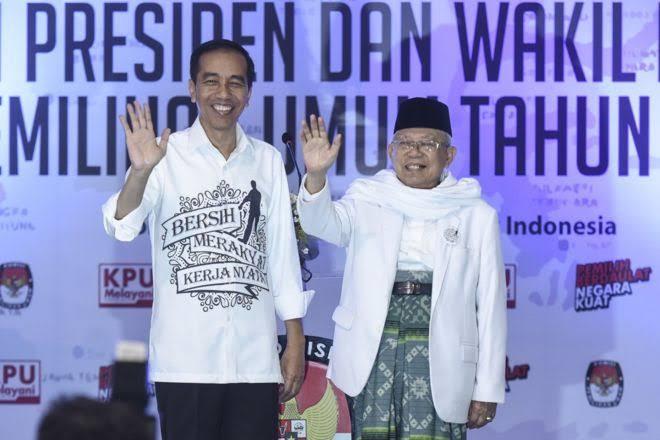 Pasangan calon Presiden dan Wakil Presiden Joko Widodo (kiri) dan Ma'ruf Amin (kanan) melambaikan tangan seusai mendaftarkan diri di gedung KPU, Jakarta, Jumat (10/08).