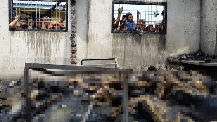 Warga melihat korban tewas pabrik korek api di Binjai yang menumpuk di satu ruangan, Jumat (21/6/2019). - tribun medan