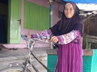 Tri Darini (53), penjual kerupuk (Foto: Kompas.com)