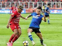 Pemain Persija Jakarta Bruno Matos dihalau oleh pesepak bola PSM Makassar Marc Klok (Foto: Suara.com)