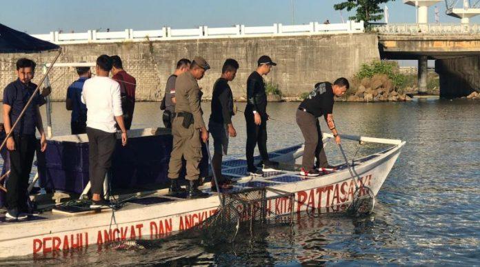 Iqbal Suhaeb didampingi Camat Ujungpandang, Andi Patiware bersama tim Satgas kebersihan menyusuri laut Losari