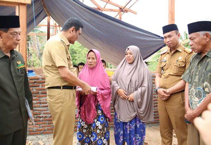 Bupati Barru H. Suardi Saleh, meninjau pembangunan rumah korban kebakaran bernama Nenek Mina.