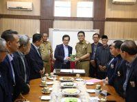 H. Suardi Saleh menandatangani Nota Kesepahaman (MoU) dengan Rektor Universitas Bosowa H. Muh. Saleh Pallu