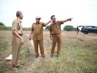 Pj Wali Kota Makassar Dr M Iqbal S Suhaeb meninjau lahan pemakaman baru di kecamatan Manggala.