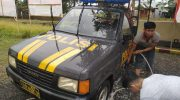 Kapolsek Bajeng Polres Gowa Iptu Hasan Fadhlyh, membersihkan kendaraan dinas milik polsek bajeng.