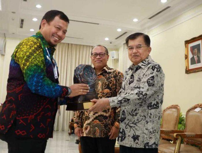Iqbal Suhaeb menerima penghargaan Anugerah Paritrana 2018 yang diserahkan langsung Wakil Presiden RI Jusuf Kalla
