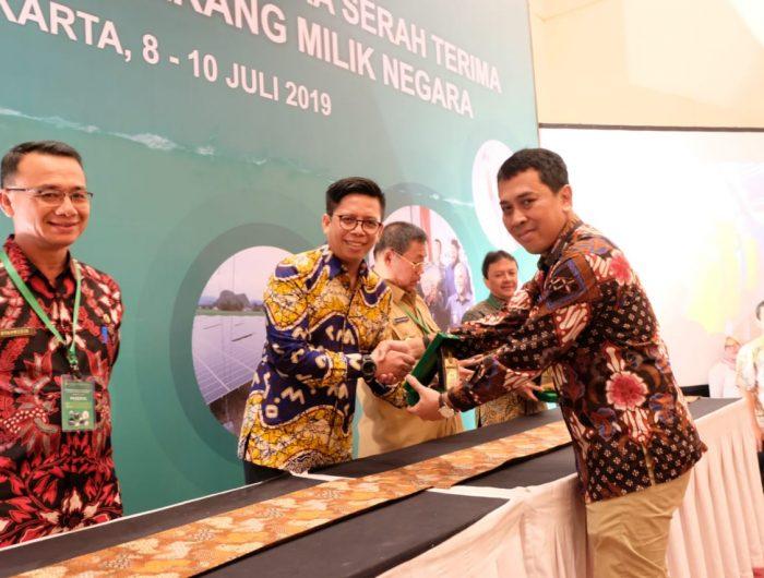 Wakil Bupati Bulukumba Tomy Satria Yulianto terima Hibah PJUTS dari Kementerian ESDM.