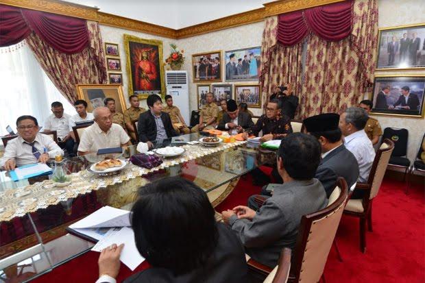 Gubernur Sulawesi Selatan dan PT Yasmin Wisata Mandiri membahas solusi untuk membebaskan bau busuk air di sekeliling Pantai Losari Makassar.