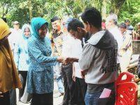 Ketua TP PKK Barru Distribusikan Kartu Indonesia Sehat.