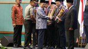 Wakil Presiden RI, Jusuf Kalla memberikan langsung penghargaan Parasamya Purnakarya Nugraha kepada Pj Wali Kota Makassar, M Iqbal S Suhaeb.