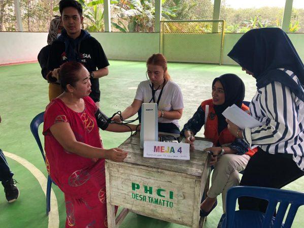 Relawan Heroes For Life AIESEC, mengelar aksi sosial cek kehatan (Medical Check Up) gratis di Lapangan futsal, Desa Tamatto, Kecamatan Ujung Loe, Bulukumba (18/7/2019).