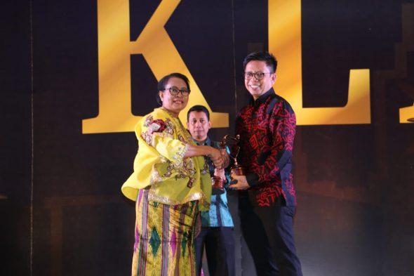 Wakil Bupati Bulukumba, Tomy Satria saat menerima penghargaan Kabupaten Layak Anak (KLA) tahun 2019