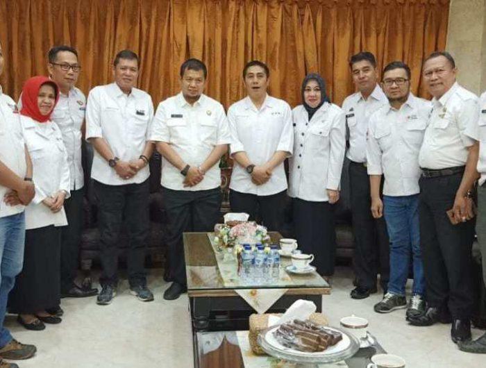 Iqbal Suhaeb menerima kunjungan silaturahim dari ketua PMI kota Makassar, Syamsu Rizal bersama rombongan.