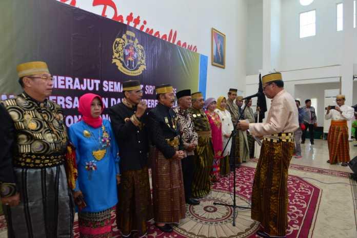 Gubernur Sulsel Prof Nurdin Abdullah mengukuhkan Pengurus Majelis Keturunan Tomanurung,