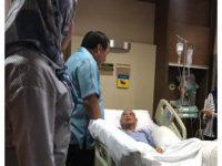 Nurdin Halid saat menjenguk IYL yang dirawat di Singapura