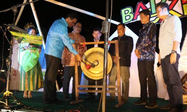Pembukaan Barru Expo 2019 ditandai dengan pemukulan gong Oleh Bupati Barru