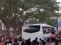 Pemain Persija Jakarta disambut sejumlah suporter PSM Makassar dengan teror di Stadion Andi Mattalata Kota Makassar