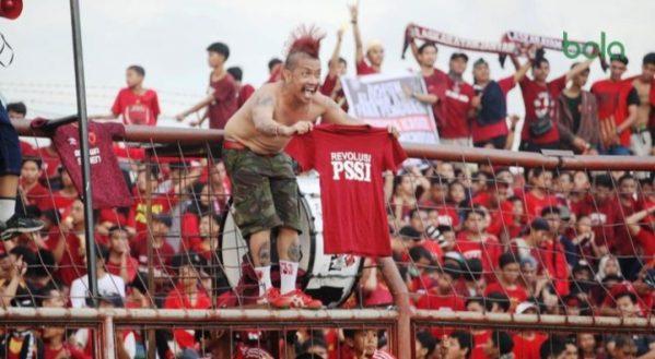 Suporter PSM Makassar mengusung Revolusi PSSI pada laga terakhir Liga 1 2018 (Bola.com/Abdi Satria)