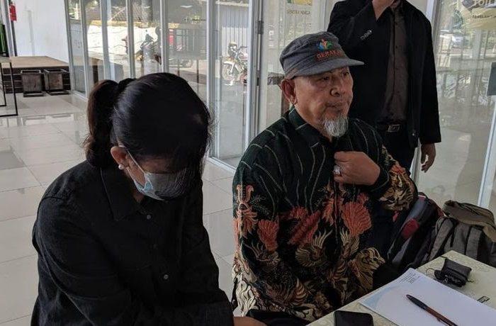 YI, korban pinjaman online ilegal bersama LBH Soloraya memberikan keterangan pers