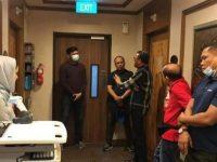 Nurdin Abdullah menjenguk IYL saat menjalani perawatan di (RS) Mount Elizabeth Hospital di Singapura