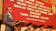 Gubernur Sulawesi Selatan, HM Nurdin Abdullah, memberikan motivasi kepada wisudawan Sekolah Tinggi Ilmu Ekonomi (STIE) Amkop Makassar