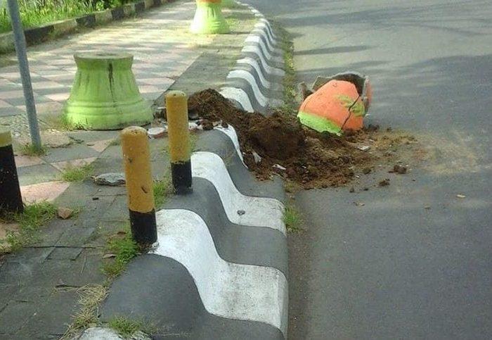 Pot Bunga di depan Rujab Gubernur Sulawesi Selatan dirusak oleh Orang Tak Dikenal (OTK).