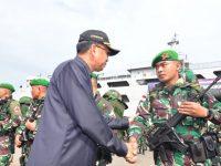 Gubernur Sulawesi Selatan, HM Nurdin Abdullah melepas pasukan Yonif 721 TNI untuk menjaga perbatasan Papua, di Pelabuhan Soekarno Hatta, Makassar, Rabu (3/7/2019).