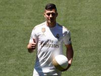 Striker anyar Real Madrid, Luka Jovic, saat tampil untuk pertama kalinya di hadapan para pendukungnya di Stadion Santiago Bernabeu