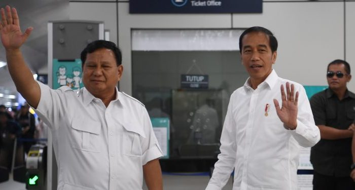 Presiden Joko Widodo dan Ketua Umum Partai Gerindra, Prabowo Subianto memberikan keterangan pers di Stasiun MRT Senayan, Jakarta Pusat, Sabtu (13/7/2019)