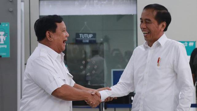 Joko Widodo Presiden menyambut hangat kehadiran Prabowo Subianto, di Stasiun MRT Lebak Bulus, Jakarta Selatan, Sabtu (13/7/2019). Foto: Istimewa