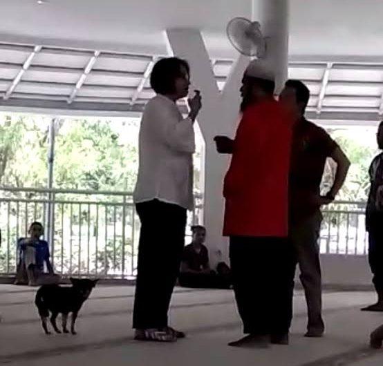 Seorang wanita viral lantaran mengamuk dan membawa anjing ke dalam Masjid (Foto: Screenshot Video).