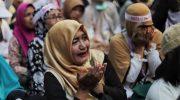 Emak-emak peserta aksi menangis saat mengikuti aksi di kawasan Mahkamah Konstitusi, Jakarta, Kamis (27/6/2019) (Foto: Suara.com)