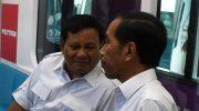 Jokowi berbincang dengan Prabowo Subianto di dalam gerbong kereta MRT di Jakarta, Sabtu, (13/7/2019). (Foto: Antara).