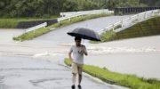 Jalanan banjir tampak saat hujan lebat, Rabu (3/7), di Kota Soo Kagoshima, Jepang. Pemerintah sudah meminta evukasi bagi 1 juta warga terdampak hujan lebar di Pulau Kyushu.