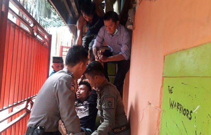 Dinas Sosial Kota Makassar mengamankan pasien psikotik yang meresahkan warga di jl. Maccini Raya Kelurahan Karuwisi Kecamatan Panakukang, Makassar.