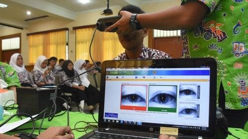 Petugas Suku Dinas Kependudukan dan Catatan Sipil Jakarta Selatan melakukan perekaman data KTP elektronik kepada pelajar di SMKN 28 Cilandak