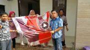 Kecewa, Relawan PAS di Makassar Bakar Bendera Prabowo-Sandi