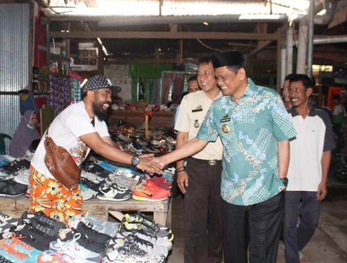 Bupati Barru, H. Suardi Saleh berkunjung di Pasar Mattirowalie, Kecamatan Barru.
