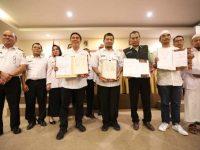 Pj Wali Kota Makassar Iqbal Suhaeb menandatangani Memorandum Of Understanding (MoU) dengan Palang Merah Indonesia (PMI) Kota Makassar.