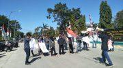 Aliansi Peduli Nelayan (APN) menggelar aksi di depan kantor Bupati Kepulauan Selayar yang berhadapan dengan kantor DPRD, Senin (5/8/2019).