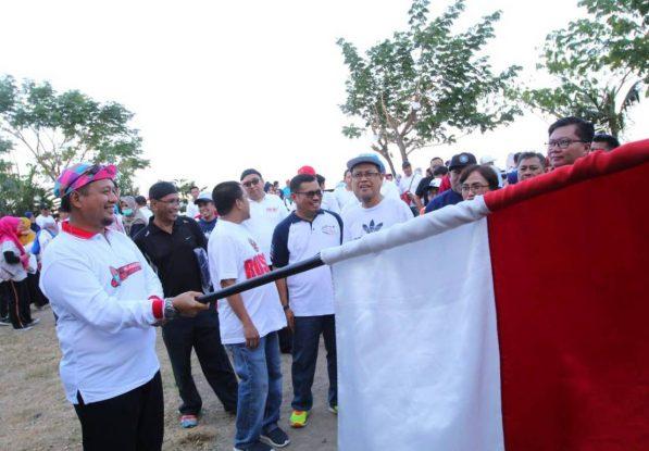 Iqbal Suhaeb Lepas Peserta Jalan Santai Alumni IPB Sulsel