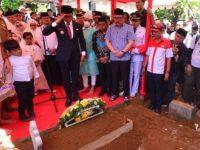 Gubernur Sulsel, Prof HM Nurdin Abdullah, bertindak sebagai Inspektur upacara pada prosesi pemakaman mantan Bupati Gowa dua periode, Dr H Ichsan Yasin Limpo, di Taman Pemakaman Islam Panaikang, Kamis (1/8).