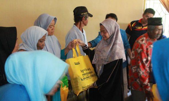 Penyerahan bingkisan oleh Direktur KNPI Care, Safira Syamsari kepada masyarakat prasejahtera.
