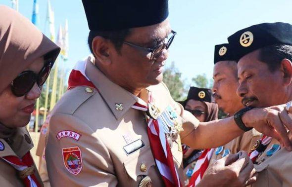 Bupati Barru, H Suardi Saleh bersama Ketua TP PKK Barru, Hasnah Syam menyematkan sebanyak 42 tanda penghargaan Lencana Pancawarsa.