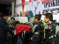 Bupati AM Sukri Sappewali juga menyerahkan bendera merah putih kepada perwakilan penyelam.