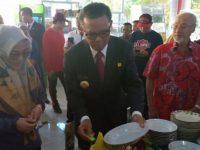 Nurdin Abdullah mencoba hidangan usai meresmikan kantin Bhinneka Tunggal Ika Unhas Makassar, Jumat (16/8).