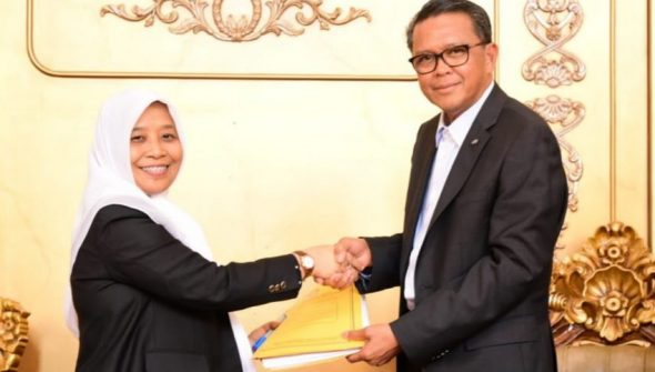 Gubernur Sulawesi Selatan Prof HM Nurdin Abdullah menerima dokumen Calon Legislatif (Caleg) terpilih anggota DPRD Sulsel