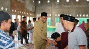 Bupati Barru Ir. H. Suardi Saleh, M.Si melakukan shalat Jum'at berjamaah di Masjid Raodatul Jannah, Lingkungan Mallawa