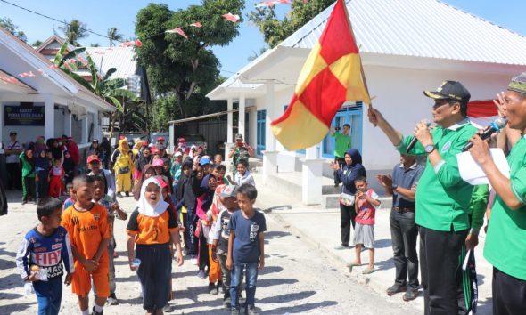 Bupati Barru melepas peserta jalan santai di halaman Kantor Desa Cilellang, Kabupaten Barru, Sulawesi Selatan, Minggu (25/08/19)